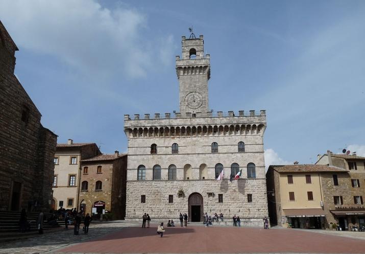 1024px-Ayuntamiento,_Montepulciano