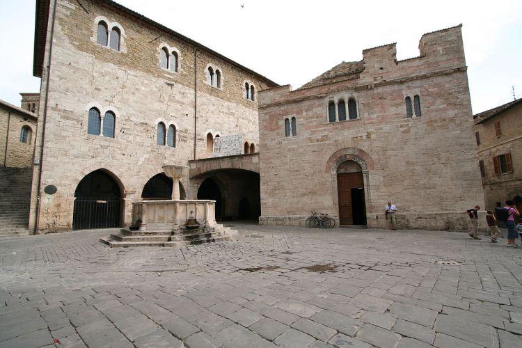 1200px-Bevagna_piazza_silvestri